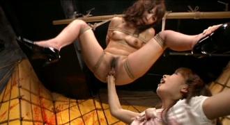 吊るされて凌辱される女性