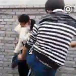 ※【胸糞注意】いったいなぜそこまでする?少女に思いっくそ蹴りをいれフルボッコにする中国男がヤバい