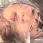 ※【マジキチ映像】ビニール袋に真空パックされながら電マでオナニーし窒息寸前で鬼逝きする女の子が変態すぎる・・・
