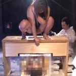 ※奴隷女の入った箱に次々と脱糞する女たち!